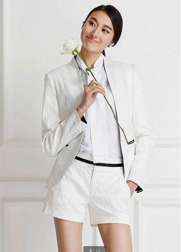 白色简洁女西服